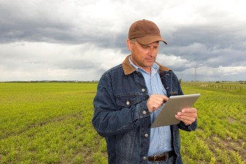 US_farmer_with_ipad
