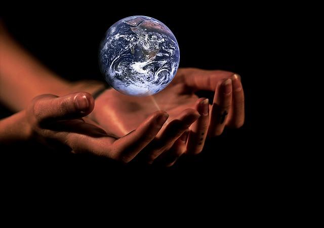 اليدين والعالم